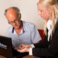 Aanpassen gehoorapparaten bij Engel Hoorservice, de audicien van Schagen, Noord-Holland